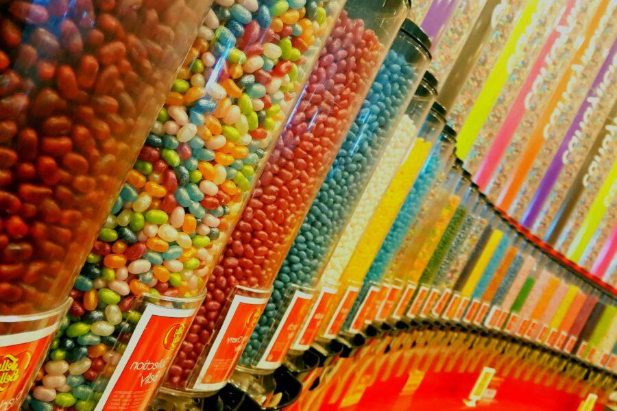 jarras de dulces en colores